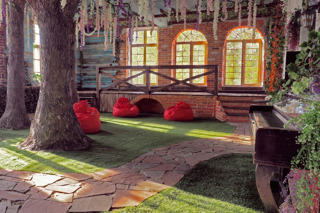 зал Прованс, студия с деревьями, сказочный зал, фотостудия с деревьями, алиса в стране чудес, лофт в аренду в москве