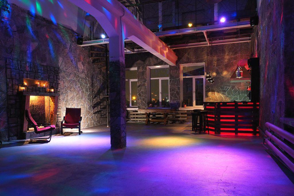 зал Замок, студия с циклорамой, лофт с баром, фотостудия с баром, зал в средневековом стиле, большой камин в средневековом стиле, рыцарский зал, лофт в аренду в москве